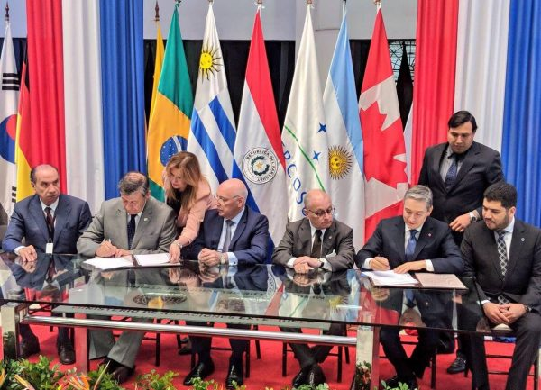 Trade ministers from Canada and the Mercosur countries agreeing to launch trade talks in Asunción, Paraguay, on March 9th (photo source: @FP_Champagne, Twitter.)